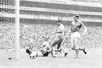 Fussball Weltmeisterschaft 1970: Finale: Brasilien-Italien(4:1) 21.6.70.<br />3:1 durch den Brasilianer Jairzinho (Mitte) gegen die Italiener Albertosi (am Boden) und Facchetti (rechts)<br /> <br /> - 21.06.1970<br /> <br /> Nur für redaktionelle Nutzung | Es obliegt dem Nutzer zu prüfen, ob Rechte Dritter an den Bildinhalten der beabsichtigten Nutzung des Bildmaterials entgegen stehen.