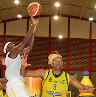 BUCARAMANGA -COLOMBIA, 06-04-2013. Philip Brooks trata de anotar sobre la marca de Enielsen Guevara de Bambuqueros durante partido de la vigésimacuarta fecha de la Liga DirecTV de baloncesto profesional colombiano disputado en la ciudad de Bucaramanga./  Philip Brooks tries to score over the mark of Enielsen Guevara of Bambuqueros duroing game of the 24th date of the DirecTV League of professional Basketball of Colombia at Bucaramanga city. Photo:VizzorImage / Jaime Moreno / STR