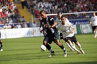 Malik Fathi (Hertha BSC Berlin) im Zweikampf mit Benjamin Köhler (Eintracht Frankfurt)