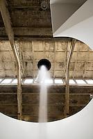 China, Peking (Beijing), Galleria Continua im Dashanzi Art District in ehemaligen Fabrikhallen, Jiuxianqiao Lu 4, Arbeit von Anish  Kapoor: Ascension