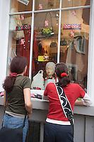 Europe/Allemagne/Bade-Würrtemberg/Heidelberg: Deux jeunes femmes devant la vitrine d'une boutique