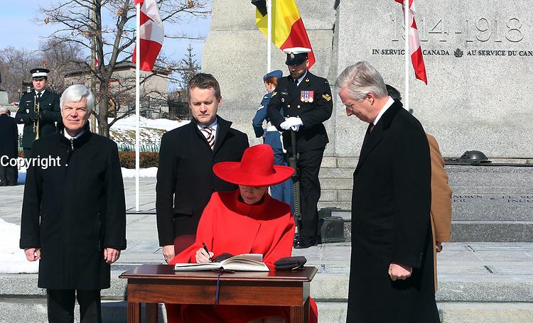 Accompagné de l'honorable Seamus O'Regan, ministre des Anciens Combattants et ministre associé de la Défense nationale, Leurs Majestés le Roi et la Reine Mathilde des Belges signent le Livre d'Or suivant le dépôt de la couronne.