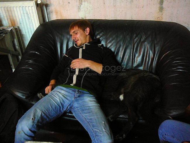 Szabolcs Belényesi et Tibi, le chien, se reposent sur le canapé.