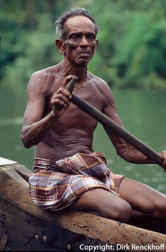 Indien, Boot in den  Backwaters von Cochin (Kerala), Bootsmann