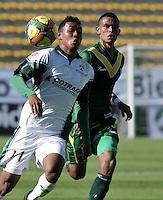 BOGOTA - COLOMBIA-04-05-2013: Fredy Hinestroza (Izq.) jugador de La Equidad, lucha por el balón con William Tesillo (Der.) durante partido en el estadio De Techo de la ciudad de Bogota, abril mayo 4 de 2013. La Equidad y Deportes Quindio durante partido por la decimocuarta fecha de la Liga Postobon I. (Foto: VizzorImage / Luis Ramirez / Staff). Fredy Hinestroza (R) jugador de La Equidad fights for the ball with William Tesillo (L) during game in the Techo stadium in Bogota City, May 4, 2013, during match for the fourtenth round of the Postobon League I. (Photo: VizzorImage / Luis Ramirez / Staff)..