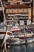Europe/France/Provence-Alpes-Côte d'Azur/13/Bouches-du-Rhône/ Cassis: Le port et ses pointus, en fond une maison d'armateur