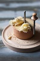 Europe/Suisse/Jura bernois/Canton de Berne: Le Tête de Moine AOC est un fromage suisse unique au monde de par son mode de consommation sous forme de rosettes obtenues à l'aide de la «girolle». Il doit être raclé pour développer ses arômes extrêmement parfumés. fromage de l'Abbaye de Bellelay avec  la « girolle », appareil qui permet de faire des   rosettes de Tête de Moine  en faisant tourner un racloir sur un axe planté dans le centre du fromage. - Fromage de lait de vache, pâte pressée demi-cuite ou mi-dure - Stylisme : Valérie LHOMME