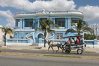 Cuba, Kolonialgebäude  und Pferdeomnibus am Malecon in Cienfuegos, Unesco-Weltkulturerbe