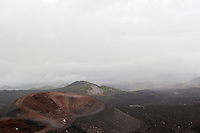 Ätna, Etna, Krater, Lavagestein, Lava, Vulkan, Wolke, Wolken ziehen über die karge Vulkanlandschaft, Italien, Sizilien, Mount Etna, volcano
