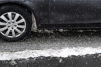 Wintereinbruch in Leipzig - erste geschlossene Schneedecke des Winters 2010 - Neuschnee - im Bild: Maximilianallee Schneematsch Fahrbahn Winterdienst Winterreifen Verkehr Glatteis Glätte .Foto: Norman Rembarz .