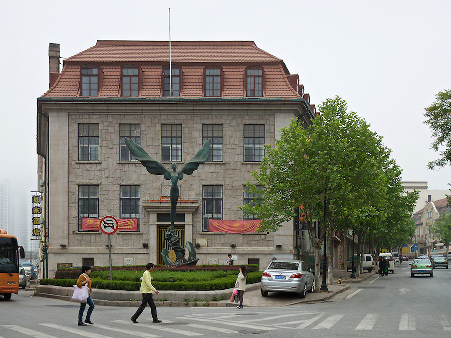 Butterfield & Swire's Post-1936 Office In Qingdao (Tsingtao). The Chartered Bank Leased The Ground Floor And Thus It's Generally Assumed To Have Been Owned By That Bank. HSBC Just Visible Right. And Note The Anchor Base Of The Statue.