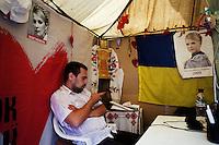 UKRAINE, Kiev, 31/05/2012.Un membre du comité de soutien à Ioulia Timochenko dans le centre de Kiev, Ukraine. Quelques trente membres du comité de soutien de Ioulia Timochenko vivent dans un camp de tentes installées dans le centre de la ville depuis plus de 300 jours pour exprimer leur soutien à l'opposante politique Ukrainienne Ioulia Timochenko condamnée, le 11 octobre 2011 à sept ans d'emprisonnement pour abus de pouvoir dans le cadre de contrats gaziers signés avec la Russie en 2009, alors qu'elle exerçait la fonction de chef du gouvernement..UKRAINE, Kiev, 2012/05/31..A member of the committee to support Tymoshenko in the center of Kiev, Ukraine. Some thirty committee members support Tymoshenko living in a tent camp set up in the center of the city for more than 300 days to express their support for the Ukrainian opposition politician Yulia Tymoshenko sentenced October 11, 2011 seven years imprisonment for abuse of power through gas contracts signed with Russia in 2009, when she held the position of head of government..© Pierre Marsaut / Est&Ost Photography