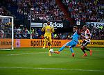 Nederland, Rotterdam, 11 mei 2015<br /> Eredivisie<br /> Seizoen 2014-2015<br /> Feyenoord-Vitesse<br /> Jan-Arie van der Heijden van Vitesse maakt het tweede doelpunt voor Vitesse. Kenneth Vermeer, keeper (doelman) van Feyenoord en Sven van Beek van Feyenoord kunnen dat niet verhinderen