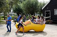 Nederland - Zaanstad - 2019. Toeristen in een klomp in Zaanse Schans. Foto Berlinda van Dam / Hollandse Hoogte