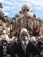 """Europe, Italy, Tuscany, Viareggio,    the chariot: """"Fumo negli Occhi""""of Carlo Lombardi in parade"""