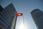 Edificios y bandera en Santiago de Chile.<br /> <br /> Edición de 5 | Víctor Santamaría.