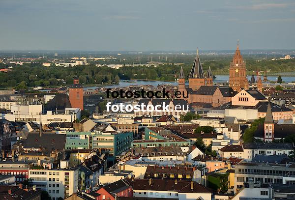 Blick über Mainz mit der Kirche St. Quintin, der Alten Universität und dem Dom St. Martin auf den Rhein und die Mainmündung im Abendlicht