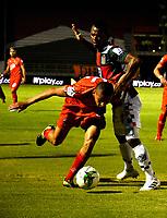 TUNJA-COLOMBIA, 29-01-2020: Jarol Martínez de Boyacá Chicó F. C., y David Castañeda de Patriotas Boyacá F. C., disputan el balón durante partido entre Boyacá Chicó F. C. y Patriotas Boyacá F. C., de la fecha 2 por la Liga BetPlay DIMAYOR I 2020 en el estadio La Independencia en la ciudad de Tunja. / Jarol Martinez of Boyacá Chicó F. C., and David Castañeda of Patriotas Boyacá F. C., figth the ball, during a match between Boyacá Chicó F. C. and Patriotas Boyacá F. C., of the 2nd date for the BetPlay DIMAYOR Leguaje I 2020 at La Independencia stadium in Tunja city. / Photo: VizzorImage / Edward Leguizamón / Cont.