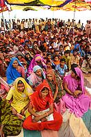 INDIA Madhya Pradesh Khargone , tribal farmer of cooperative Shiv Krishi Utthan Sanstha at cultural event / INDIEN Madhya Pradesh Khargone , Adivasi der Kooperative Shiv Krishi Utthan Sanstha auf einer Veranstaltung, die Kooperative von Adivasi Farmern vermarktet fair trade und Biobaumwolle