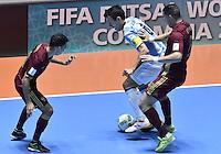 CALI -COLOMBIA-01-10-2016: Romulo (Izq) y Eder Lima (DEr)jugador de Rusia disputa el balón con xxx (Der) jugador de Argentina durante partido por la final de la Copa Mundial de Futsal de la FIFA Colombia 2016 jugado en el Coliseo del Pueblo en Cali, Colombia. / xxx (L) player of Russia fights the ball with xxx (R) player of Argentina during match of final of the FIFA Futsal World Cup Colombia 2016 played at Metropolitan Coliseo del Pueblo in Cali, Colombia. Photo: VizzorImage/ Gabriel Aponte / Staff