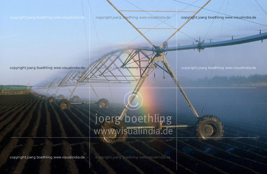 HUNGARY Szentes, irrigation system of Arpad Agro cooperative, rainbow / UNGARN Szentes, Berieselungsanlage auf einem Acker der Arpad Agrargenossenschaft, Regenbogen
