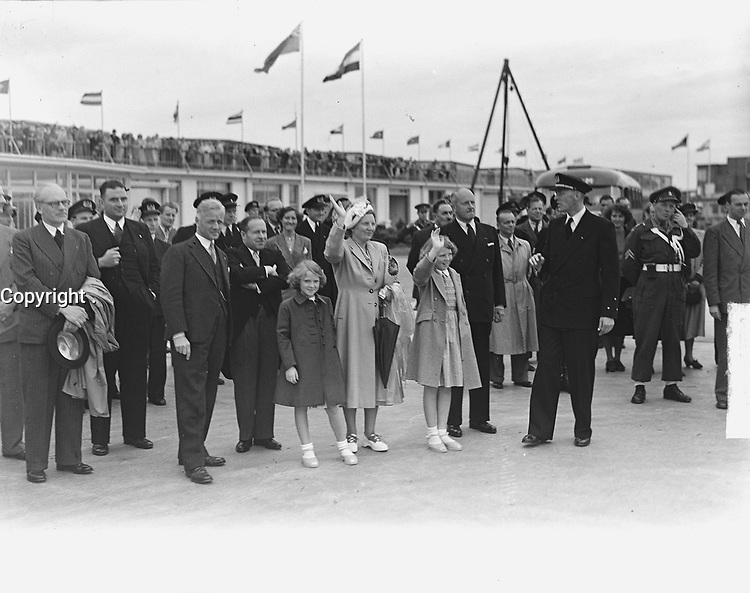 First KLM flight to Canada . Farewell to the Royal family, may 29 1949, Schiphol airport.<br /> <br /> PHOTO :  Noske, J.D. / Anefo , via AQP