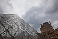Parigi, museo del Louvre, la piramide,