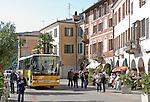 Switzerland, Ticino, Morcote at Lago Lugano: bus-stop at village centre | Schweiz, Tessin, Morcote am Luganer See: besser mit dem Bus ins Ortszentrum, denn Parkplaetze sind Mangelware