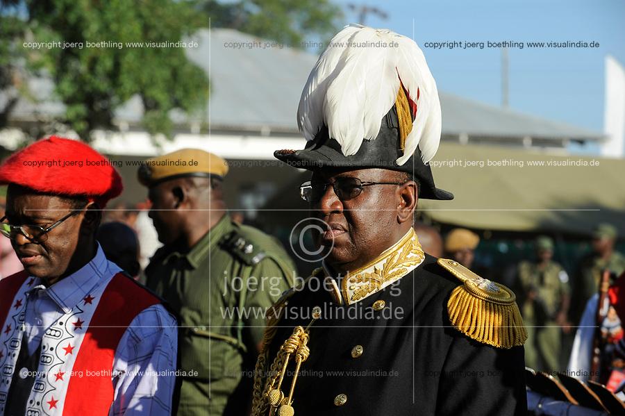 ZAMBIA Barotseland , Zambezi floodplain , Kuomboka ceremony in Limulunga, the Lozi king Lubosi Imwiko II. also called Litunga, change his lower land residence after raining time with the royal bark Nalikwanda to his upper land palace in Limulunga, arrival of His Majesty Mulena Yomuhulu Mbumu wa Lubosi Imwiko II, King of Barotseland with zambian vice president George Kunda / SAMBIA Barotseland , Flutebene des Zambezi Fluss , Kuomboka Fest in Limulunga, der Lozi Koenig, Litunga , Ankunft der koeniglichen Barke Nalikwanda in seiner Residenz in Limulunga