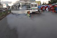 Addis Abeba, madre con figlia nel mezzo dello smog della capitale etiope. Mother and her daughter inside the pollution of the Addis Abeba