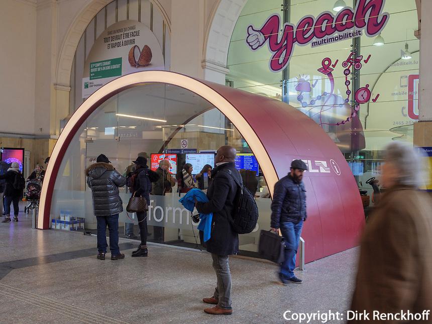 Telefone Im Hauptbahnhof-Gare Centrale, Luxemburg-City, Luxemburg, Europa<br /> Phones in central Station Gare Centrale, Luxembourg City, Europe