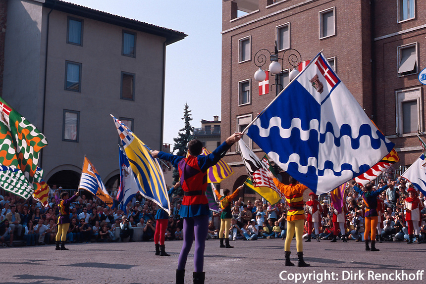 Fahnenschwenker beim Palio in Asti, beim Palio das jedes Jahr am 3.Septembersonntag stattfindet, treten 14 Stadtviertel gegeneinander zum Pferderennen an, Piemont, Italien