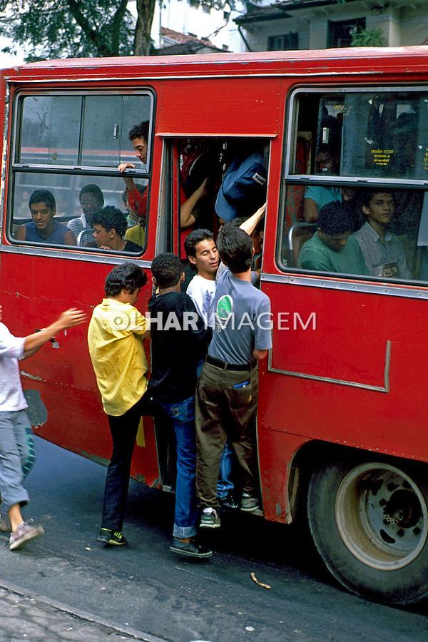 Pessoas em onibus lotado. São Paulo. 1990. Foto de Juca Martins.