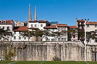 Europe/France/Aquitaine/64/Pyrénées-Atlantiques/Pays-Basque/Bayonne: Depuis le stade des remparts, vu sur la ville avec ses remparts, la Cathédrale Sainte-Marie