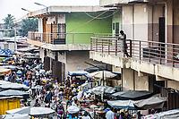 Benin. Cotonou . Gran mercato , una ragazza dal balcone osserva