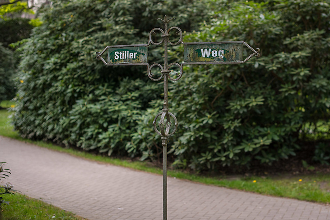 Ein Wegweiser auf dem Friedhof Ohlsdorf in Hamburg.<br /> Der im Hamburger Stadtteil Ohlsdorf wurde 1877 eingeweiht und ist mit fast 390 Hektar der groesste Parkfriedhof der Welt. Auf der Anlage befinden sich 202.000 Grabstaetten.<br /> 9.5.2020, Hamburg<br /> Copyright: Christian-Ditsch.de<br /> [NUR FUER REDAKTIONELLE ZWECKE! Werbung nur auf Anfrage beim Fotografen.Inhaltsveraendernde Manipulation des Fotos nur nach ausdruecklicher Genehmigung des Fotografen. Vereinbarungen ueber Abtretung von Persoenlichkeitsrechten/Model Release der abgebildeten Person/Personen liegen nicht vor. NO MODEL RELEASE! Don't publish without copyright Christian-Ditsch.de, Veroeffentlichung nur mit Fotografennennung, sowie gegen Honorar, MwSt. und Beleg. Konto: I N G - D i B a, IBAN DE58500105175400192269, BIC INGDDEFFXXX, Kontakt: post@christian-ditsch.de<br /> Bei der Bearbeitung der Dateiinformationen darf die Urheberkennzeichnung in den EXIF- und  IPTC-Daten nicht entfernt werden, diese sind in digitalen Medien nach §95c UrhG rechtlich geschuetzt. Der Urhebervermerk wird gemaess §13 UrhG verlangt.]
