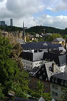 Blick auf Bock-Kasematten und Kirche St. Jean Baptiste (Johannes) in Grund, Stadt Luxemburg, Luxemburg, Unesco-Weltkulturerbe