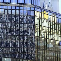 A colorful glare on a modern building, that contrasts with its geometric structure (Paris, 2007).<br /> <br /> Un riflesso colorato su un edificio moderno, che contrasta con la sua struttura geometrica (Parigi, 2007).