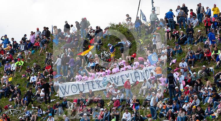 21.05.2011, Monte Zoncolan, ITA, Giro d´ Italia 2011, 14. Etappe, Lienz - Monte Zoncolan, im Bild Fans gedenken an den verstorbenen Wouter Weylandt // during the Giro d´ Italia 2011, Stage 14, Lienz - Monte Zoncolan, Italy, 2011-05-21, EXPA Pictures © 2011, PhotoCredit: EXPA/ J. Feichter