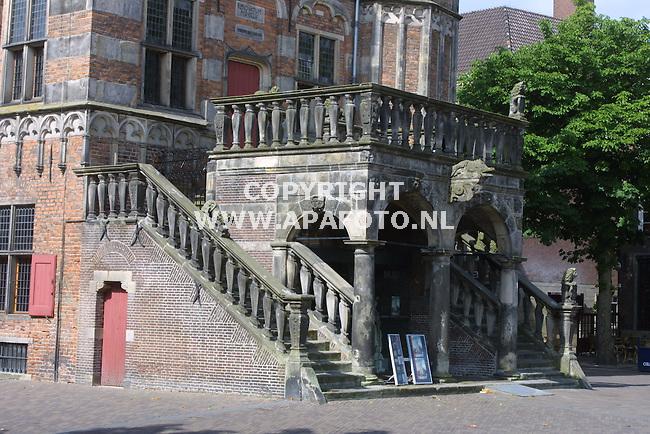 Deventer 110701 het waaggebouw,tegenwoordig stedelijk museum. duidelijk is te zien dat het hele gebouw en met name de rechter toren overheld. een gevolg van de veenlaag waarop in de 16e eeuw de rechter kant werd gebouwd.<br /> foto frans ypma APA-foto