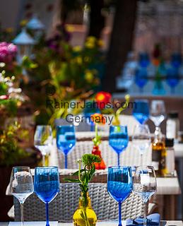 Frankreich, Provence-Alpes-Côte d'Azur, Menton: Restaurant-Terrasse mit eingedeckten Tischen | France, Provence-Alpes-Côte d'Azur, Menton: restaurant terrace with set tables