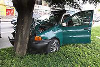 SÃO PAULO, SP, 14 DE JANEIRO 2012 - ACIDENTE TRANSITO - Um veiculo colidiu contra uma árvore na Av. Alcantara Machado altura do nº500, a motorista que está gravida ficou ferida  e foi socorrida pelos bombeiros e encaminhada ao Hospital Vergueiro.FOTO: Luiz Guarnieri/ News Free