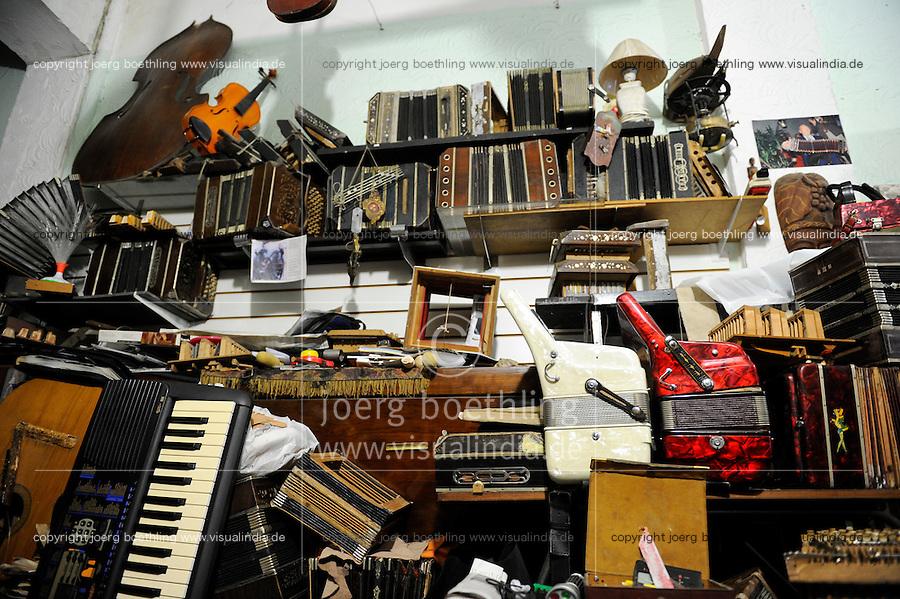 URUGUAY Montevideo, Bandoneon workshop of Mario Bionco / URUGUAY Montevideo Altstadt , Bandoneon Werkstatt von Mario Bionco