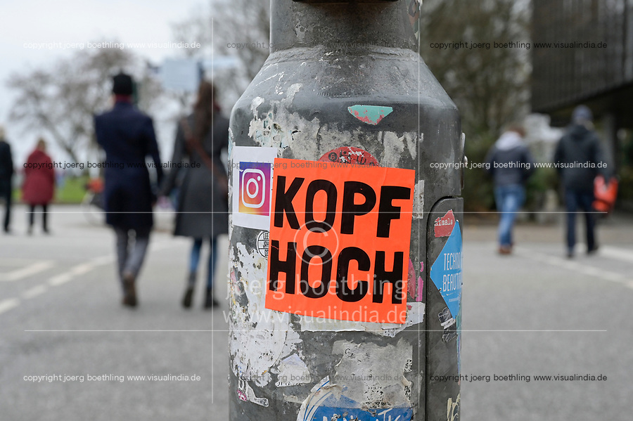 GERMANY, Hamburg, corona pandemic  / DEUTSCHLAND, Hamburg, Corona Pandemie, Spaziergänger, Schild an der Ampel Kopf hoch