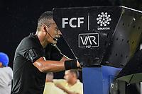 MONTERIA - COLOMBIA, 1-08-2021: Diego Escalante, árbitro, revisa el VAR durante el partido por la fecha 3 Liga BetPlay DIMAYOR II 2021 entre Jaguares de Córdoba F.C. y Atlético Huila jugado en el estadio Jaraguay de la ciudad de Montería. / Diego Escalante, referee, reviews the VAR during match for the date 3 BetPlay DIMAYOR League II 2021 between Jaguares de Cordoba F.C. and Atlético Huila played at Jaraguay stadium in Monteria city. Photo: VizzorImage / Andres Felipe Lopez / Cont