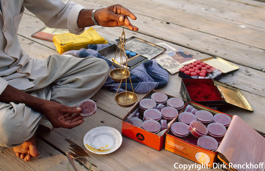 Verkauf von Safran in Boot auf dem Dal-See in Srinagar (Kashmir), Indien