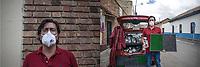 """CAJICA - COLOMBIA, 14-07-2020: """"Este virus ataco a todo el mundo, ricos, pobres, todos nos vimos afectados, yo soy empresario y debido a la necesidad me toco salir a vender gel antibacterial y tapetes desinfectantes para conseguir algo de dinero"""" David Gonzales, 40 años, es su testimonio que como la mayoría de trabajadores informales se ve obligado a salir a buscar el sustento diario para subsistir en medio de la cuarentena total en el territorio colombiano causada por la pandemia  del Coronavirus, COVID-19. / """"This virus attacked everyone, rich and poor, we were all affected, I am an entrepreneur and due to necessity I had to go out and sell antibacterial gel and disinfectant mats to get some money"""" David Gonzales, 40 years old, is his testimony that, like most informal workers, he is forced to go out to find daily sustenance to subsist in the midst of the total quarantine in Colombian territory caused by the Coronavirus pandemic, COVID-19. Photo: VizzorImage / Johan Rugeles / Cont"""