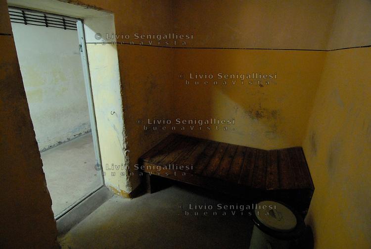 Berlin / Germany 2009<br /> Berlin-Hohenschönhausen Memorial.<br /> Veduta di una cella nei sotterranei della prigione della STASI alla periferia di Berlino Est. Per vari decenni è stato il luogo in cui venivano incarcerati i dissidenti e coloro che cercavano di fuggire dalla DDR. Dopo la caduta del Muro la prigione è stata chiusa. Ora è un Museo dove alcuni ex-detenuti accompagnano migliaia di studenti e di turisti raccontando le condizioni di vita e gli interrogatori subiti durante le lunghe detenzioni.<br /> View of the underground corridors of the prison of the Stasi on the outskirts of East Berlin. For several decades it has been the place where they were imprisoned dissidents and those who tried to escape from the GDR. After the fall of the Berlin Wall the prison was closed. It is now a museum where some former prisoners accompany thousands of students and tourists describing the living conditions and interrogation occurred during the long-term detention. <br /> Photo Livio Senigalliesi