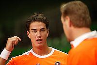 6-2-06, Netherlands, Amsterdam, Daviscup, first round, Netherlands-Russia, training, newcommer Jesse Huta Galung debates with coach Tjerk Bogtstra