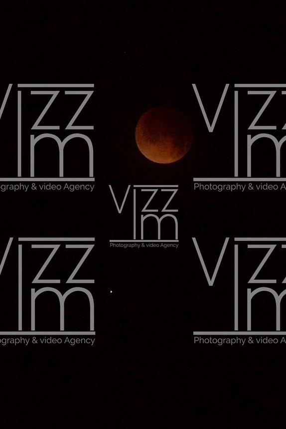 "CHIA- COLOMBIA- 15-04-2014. Eclipse lunar observado desde Colombia y es el primero de la tétrada de ""Lunas Rojas"" que se repetirá cada seis meses en un lapso de año y medio./ Aspect of the lunar eclipse seen from Colombia and is the first of the tetrad of ""Red Moons"" (four total lunar eclipses in series) that will be repeat each six months in a span of a year and half. Photo: VizzorImage/ Diana Sánchez /STR"